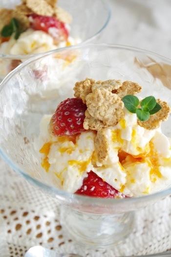 レンジでチンして混ぜるだけ!簡単なのに可愛くて美味しい♡はちみつとフルーツを使った自然な甘さが嬉しい、レアチーズ風味のデザートです。