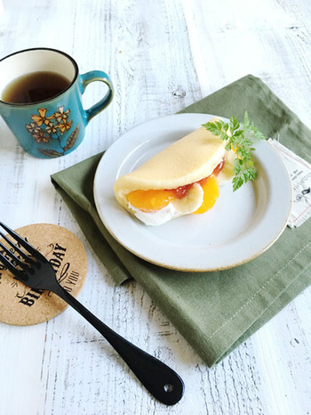 休日の朝ごはんにもおすすめのフルーツケーキサンド。カフェ顔負けのふわふわの食感と優しい甘さ&酸味が絶妙なハーモニーを奏でてくれます♪