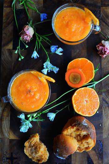 忙しい朝でもパパッと作れて、フルーツも野菜も摂れるバランスのいいスムージーがこちら。にんじんとみかんのスムージーは鮮やかなオレンジが眠い目をパッと覚ませてくれそうです♪寒い時期にはホットで飲むのもおすすめです。