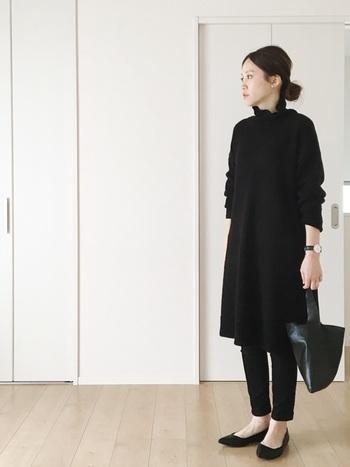 こちらはシック&大人クールなモノトーンコーデ。オールブラックの洗練された雰囲気が、とっても素敵ですよね。オーバーサイズのワンピース×細身のデニム。この絶妙なバランス感覚も、着こなしのおしゃれ度をUPさせるポイント♪