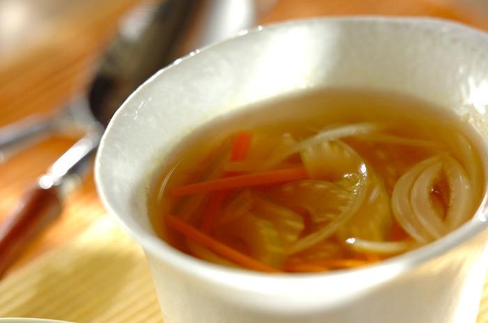 ちょっと硬さのあるセロリも、薄切りにすることでより食べやすく。 ニンジンとたまねぎも合わせて、ほくほくあたたまるスープにしましょう。