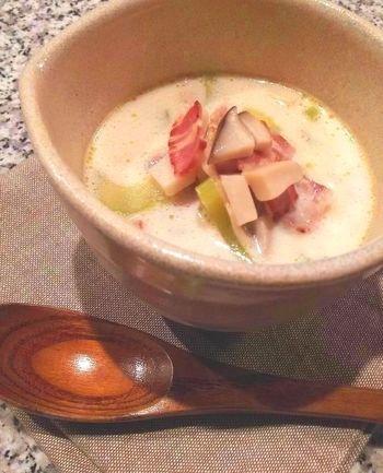 クリームベースのスープにすれば、セロリが苦手な人でも美味しく食べられます。 ベーコンとエリンギも相性抜群。寒い冬にぴったりのレシピです。