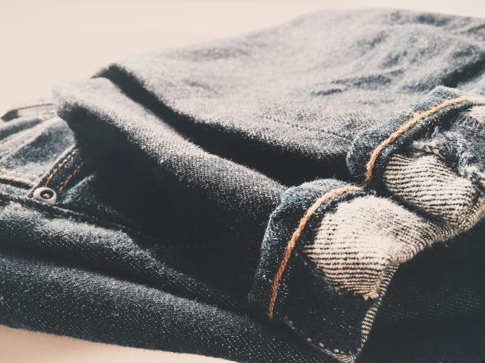 デニム素材のジーンズはスローファッションにおすすめのアイテムです。使うほどに自分の身体に馴染み、丈夫な素材なので長く使用できます。ダメージが出てもそれがかっこよかったり、リメイクしやすいところもメリットです。