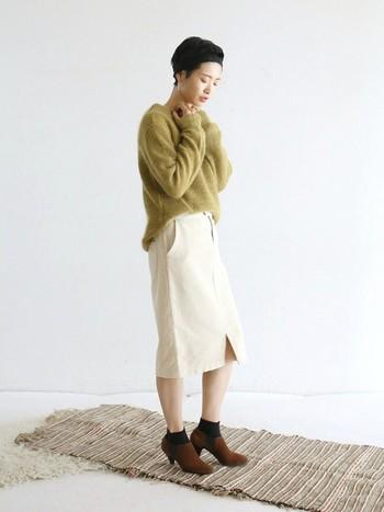 ニット×タイトスカート×ブーティ。 きれい色のニットが主役のフェミニンスタイル。トップスをニュアンスインでこなれ感を演出。