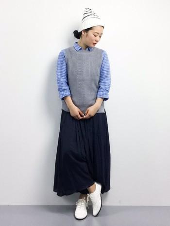 シャツ×ニットベスト×ロングスカート。 爽やかなシャツにベストを重ねたスタイリング。白小物をアクセントに取り入れて軽やかな仕上がりに。