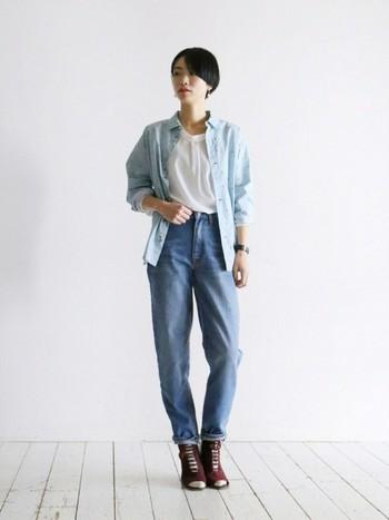 ダンガリーシャツ×ジーンズ×ブーティ。 Tシャツにブルーのダンガリーシャツを羽織ったカジュアルスタイル。アクセサリーや小物でフェミニンさをプラス。