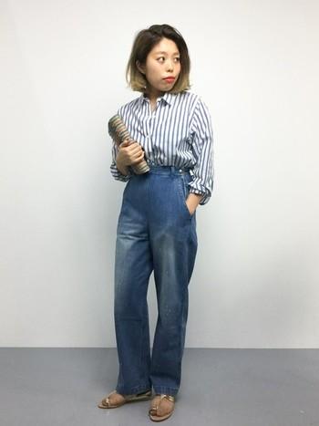 シャツ×ジーンズ。 ブルーのストライプシャツにデニムを合わせた爽やかなスタイリング。ナチュラルカラーの小物がアクセントに効いた大人カジュアルスタイルです。