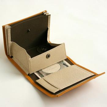 シンプルでコンパクトだけど収納力は十分。大体、お札10枚・小銭は大小15枚・カード類15枚程度は入るとても機能的なお財布です。