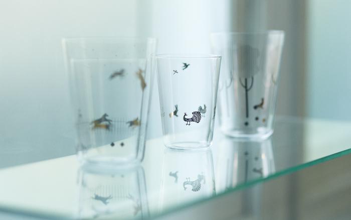 鳥と動物たちが戯れる様子をシルバーのシンプルな絵柄で描いてあるグラスですが、大小のサイズがセットになっていて、2つを重ねると別の絵柄ができあがるという仕掛け付きです。光の下に置くと、ちょっとした影絵が出来上がるのも素敵ですよ。