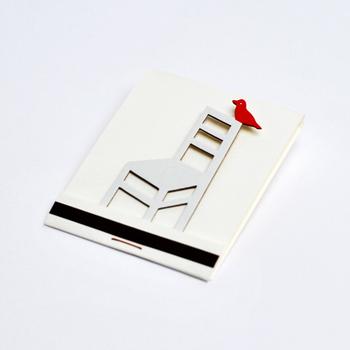 ちょっとした贈り物に添えるのにぴったりな、小さめサイズのバースデイカードです。表紙をめくると立体の椅子と小鳥が現れるブックマッチタイプ。シンプルなデザインですが、そのぶん小鳥の赤が映えています。