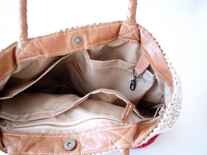バッグは機能性も抜群でたくさんポケットがついています。裏地は撥水加工のナイロン素材を使用していますので、汚れもすぐにふき取れます。