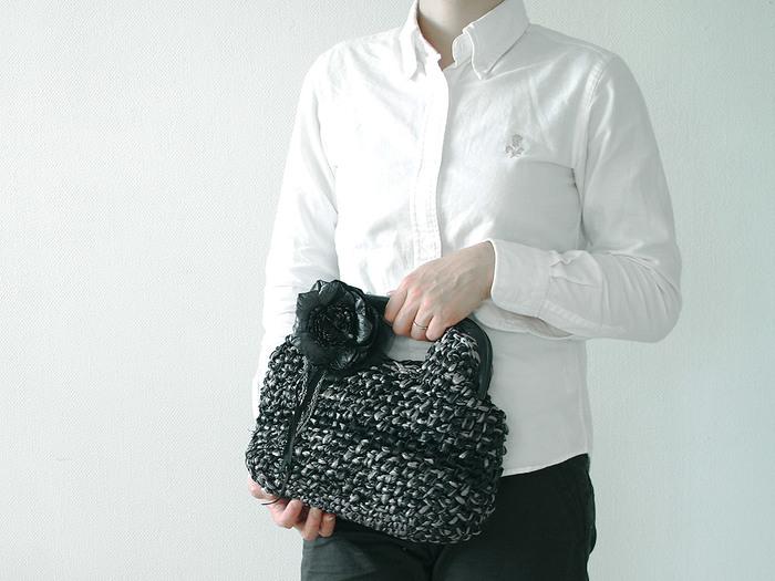 【ブリリアント・ハンドバッグ】 パーティーやフォーマルな装いにもぴったりな「ブリリアント」。素材はエコアンダリアにレザーを編み込まれており、ハードながらもどこか自然の優しさを感じます。
