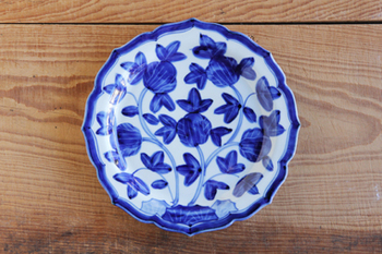 「九谷青窯」で修行を積んだ後、独立された樋山真弓さんのお皿です。ふちのデザインまでこだわって作られていますね。唐草模様なのでオリエンタルな雰囲気が漂っています。大胆な柄ですが、和・洋・中どのような料理にも合いますよ。
