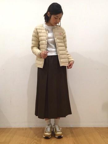 ベージュ系のダウンジャケットは優しい雰囲気にまとめて女性らしさを演出してみましょう。カジュアルなアイテムをあえてレディなロングスカートと合わせるのが今っぽくてGood♪