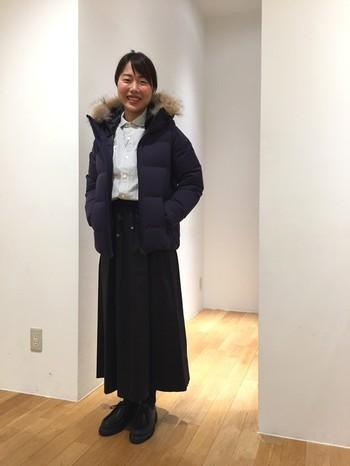 ショート丈ダウンジャケットならロングスカートもバランスよく見えます。インナーに明るい色を持ってくると顔が華やかに見えますね。