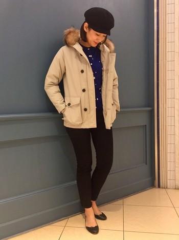 タイトなすっきりシルエットのダウンジャケットをレディに着こなしたお手本コーデ。ロングのコートもいいけれど、たまにはハズしてダウンジャケットにしてみるのも素敵ですね♪