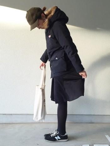 全体的にダークトーンでまとめたダウンジャケットコーデ。スカート×タイツの組み合わせは冬ならでは。色合わせを楽しんでみたいですね。