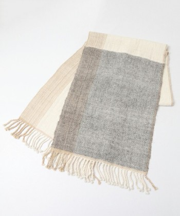 手紡ぎならではの空気を含む糸でふんわりと織り上げられているので、優しく首元をあたためてくれます。ホワイト・グレー・ベージュのナチュラルで優しい色合いが織りなす柄は、巻き方によっていろんな表情が楽しめます。