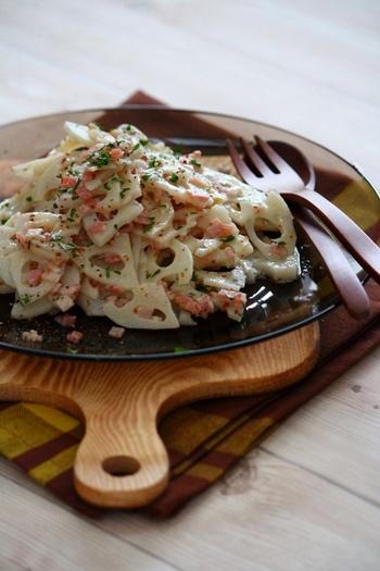 ちょっぴり大人な味のれんこんのマスタードサラダ。玉ねぎやハムとも和えて食べ応えも抜群です。