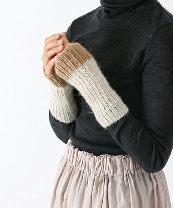 「手紡ぎリブ編み手首あて」  「手紡ぎコマ」を意味するRuecaシリーズの手首あて。ペルーの生産者団体「アルテアイマラ」の女性たちが手紡ぎコマを使ってアルパカの毛を紡ぎ、 手編みでつくったもの。手首を温めると体感温度が上がる と言われていて、寒い日の外出時や室内での作業時におすすめです。