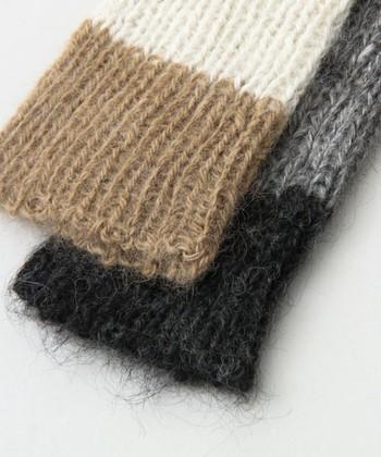 立体的なリブ編みでゆるめに編まれているので、空気層が確保され保温性がアップ。セーターの袖口からちらりと見せると、コーディネートのアクセントになります。赤ちゃんのレッグウォーマーとしても使えるようデザインされているので、プレゼントにもおすすめです。