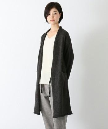 「ロングニットコート」  スペイン語で「手」を意味するManoシリーズのロングニットコート。ボリビアのコチャバンバの村の女性たちが手編みしたものだそうです。腰部分をすっぽりと覆う長めの丈で、1度着はじめると手放せない温かさ。