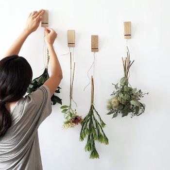 理想的なのは、ちょっと高い位置に飾り、それを見上げるようにすること。お持ちの家具の高さを変えることは難しいですが、目線をあげられるように、ちょっとしたお気に入りの絵や飾りを壁にかけて、日常的に目線が上がるような空間に工夫してみても良いかもしれませんね。