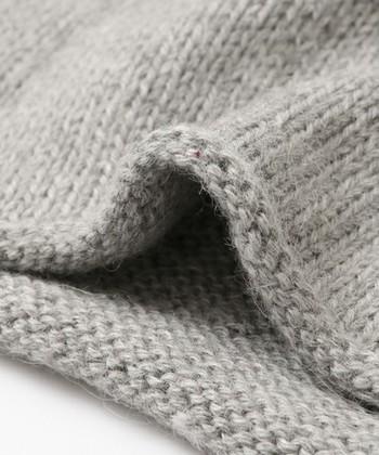 毛糸2本分で編んであるのでしっかりと厚みがあり、コートとして羽織ったり室内でガウンとして着ていただけます。