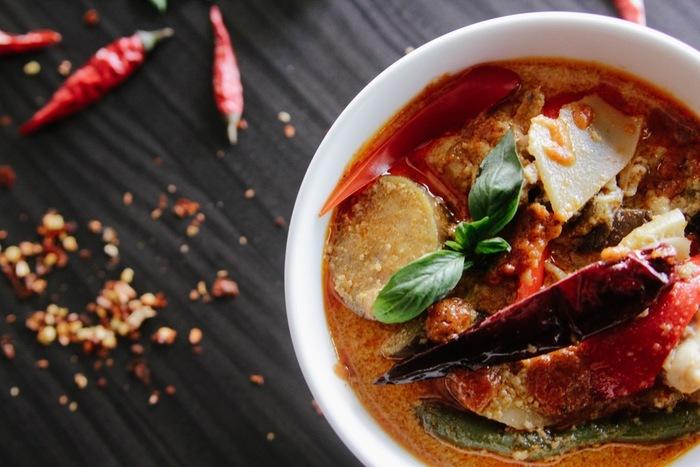 タイ料理などのレストランに行くと見かける「ナンプラー」という調味料。独特の旨味とクセのある匂いは、好き嫌いがはっきり分かれますが、クセになってしまう人も多いですよね。