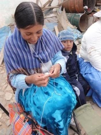 ペルーではアルパカの毛を手紡ぎして、それを手編みもしくは手織りで作品に。ボリビアではアルパカの毛を機械で紡いだものを、手編みもしくは手織りで。機械を使えば早い工程ですが、「人間エネルギーでできることは、できるだけ人間エネルギーでものを作りだす社会でありたい」という願いからあえて手仕事で行っているそうです。