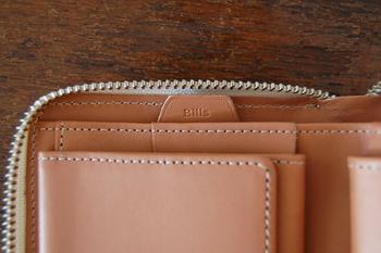 二つ折りのお財布は収納が問題、と思う人も多いと思いますが、このお財布はこんなにコンパクトだけど、お札入れだってポケットが二つあって大満足です。カラーもとても綺麗な色が揃っています。  リピーターが多いiroseのお財布、一度手に取ってみてください。
