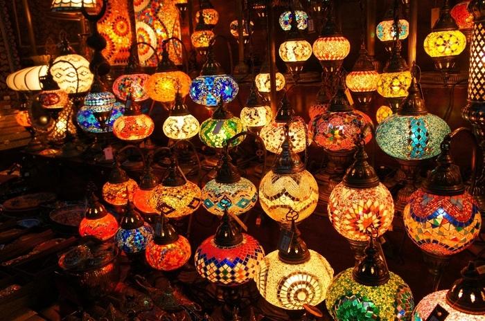 アラビアといえば、ランプを思い浮かべる方も多いでしょう。色とりどりのランプは眺めているだけでうっとりしてしまいます。ローカルな雰囲気の中、現地の方との価格交渉にもチャレンジしてみて!