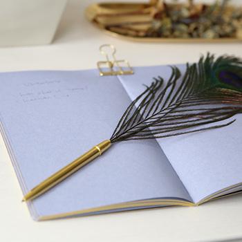 こちらは大きな孔雀の羽がついた華やかなペンです。動かすたびにゆったり揺れる羽が優雅な雰囲気。いつもよりちょっとだけ丁寧に文字を綴ってみたくなります。