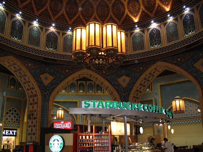 世界一アラビックな雰囲気のスタバは、イブン バトゥータ モール(Ibn Battuta Mall)内にあります。ブルーのタイル装飾が美しく、まるでモスクにいるような気分でコーヒータイムを楽しめますよ。