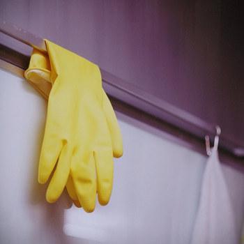 無水エタノールを使うときは手袋を忘れずに!裏面の用法などもチェックしましょう。また、配合するアロマや拭くものとの相性によっては、シミになったり、二度拭きが必要になる場合もあります。必ず問題ないかを目立たないところで試してから使ってみてくださいね。