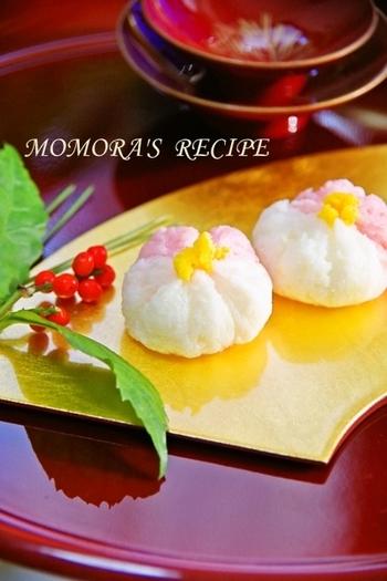 梅の花の形の錦玉子は、まるで和菓子みたいで、食べるのが勿体無いぐらい可愛いですね。 ピンクは桜でんぶで色を付けています。