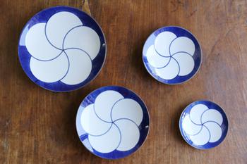どこか懐かしいイメージのねじり梅は白山陶器の代表的なデザインで、森正洋さんが手がけたものです。  江戸時代にでもタイムスリップした様な素敵な柄。とにかく何でも似合うので、卵焼きや焼き魚、副菜など自由にのせてみてください。