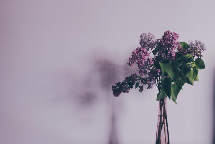 海外のホテルで綺麗な部屋に泊まっても自分の家とは違うので落ち着かない人も多いものです。そこで部屋でくつろぎの空間を作るために、1輪でもいいのでお花を買ってきて飾る事をオススメします。花瓶はフロントにあれば貸してもらえるので尋ねてみましょう。
