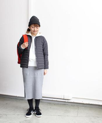 メンズライクなダウンジャケットにはスウェット素材のタイトスカートがマッチ!ママコーデにもおススメのスポーティーカジュアルです。