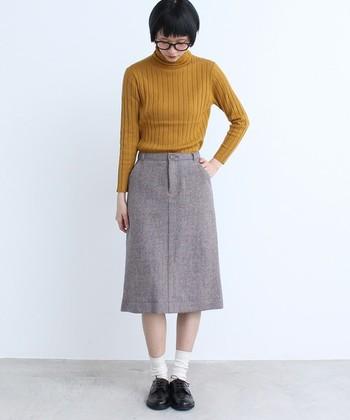 足元をソックスとおじ靴にすることで、コンサバになりがちなタイトスカートもナチュラル可愛い印象になりますね。