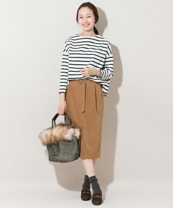 こっくりとしたキャメルベージュのタイトスカートは、スエード素材のローファーやリブソックスで季節感のある雰囲気に。カジュアルな印象のボーダートップスも、タイトスカートを合わせるとエレガントな装いに仕上がりますね。