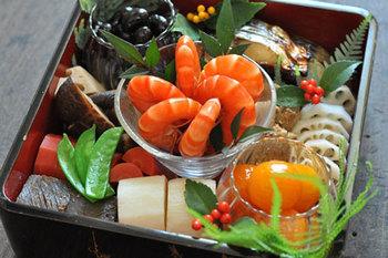 お正月のお料理といえばおせちですね。重箱にきれいに詰められたたくさんのお料理は見た目も華やかで、お祝い気分が増します。