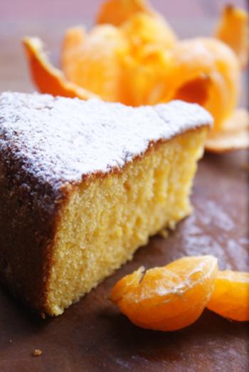 ふんわりしっとり触感も魅力の爽やかなみかんケーキ。口元に運ぶとふわりと鼻先をかすめるみかんの爽やかな香りに、幸せな気持ちになります♪