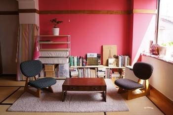 和室の落ち着きに、もう少しエッジを効かせたい…そんな思いで取り入れたのは、強めのピンク「shopping mania」。これが意外なほど畳の空間に似合います。