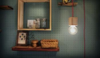 塗り上げた有孔ボードを壁面に設置すれば、ご覧のとおり。棚なども取りつけやすくなり、おしゃれで自由なペイントDIYが実現します。