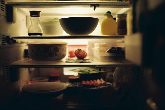 お米の保存場所で一番おすすめなのが冷蔵庫。お米の保存には10℃以下が適切と言われますが、冷蔵庫の中は湿度や温度が安定しており、空気に触れにくいのでお米にとってとても最適な場所と言えます!