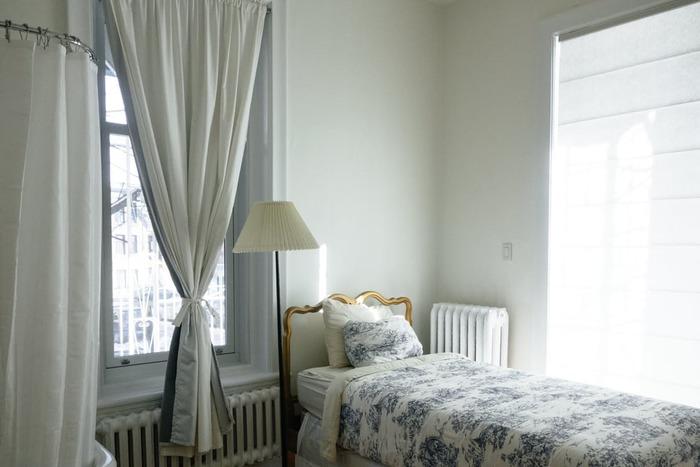 電気ヒーターやストーブは部屋の中心に置くと、暖かい空気が窓側に逃げて行ってしまうので、窓側に置いた方が体感温度が上がりやすいのでおすすめです。  電気カーペットを使っている場合は、100円ショップで変える断熱シートや段ボールを下に敷くと保温性がアップしますよ♪