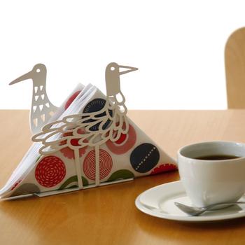このペーパーナプキンスタンド、よく見ると手前と奥の鳥は別のデザインなんです。シンプルなようで実は凝っている作り手のこだわりを見つけると、ちょっと嬉しくなりますね。小さなまな板や、ちょっとした本を立てておくブックスタンドとしても使えますよ。