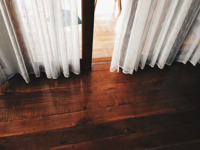 窓付近の冷気を遮断するために、窓全体を覆う厚手のカーテンを使いましょう♪遮光カーテンなら、さらに断熱効果が高いので部屋の保温性がアップします。