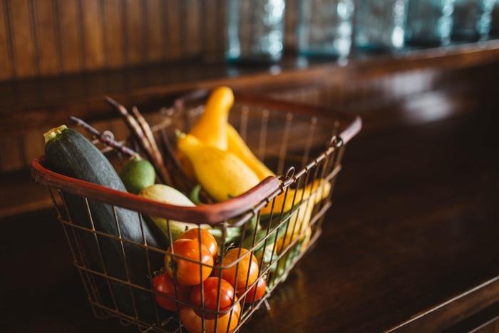 季節や天候の関係で値段が高騰しやすい野菜は、皮や芯の部分も捨てずに使い切りましょう♪スープに入れて長時間煮込めば美味しく食べられますし、お掃除や入浴剤としても使える優れものも!  例) ・大根や人参の皮は、きんぴらや漬物に ・みかんの皮は、乾燥させて入浴剤に ・ジャガイモの皮は、シンクのお掃除